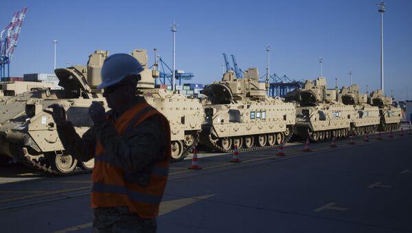 Sprzęt wojskowy amerykańskiego wojska podczas wyładunku w porcie w Gdańsku - Sputnik Polska