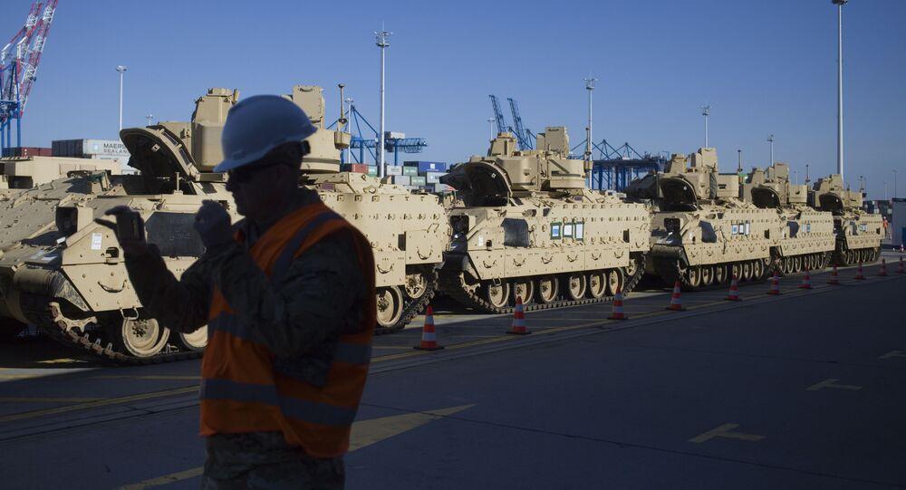 Sprzęt wojskowy amerykańskiego wojska podczas wyładunku w porcie w Gdańsku