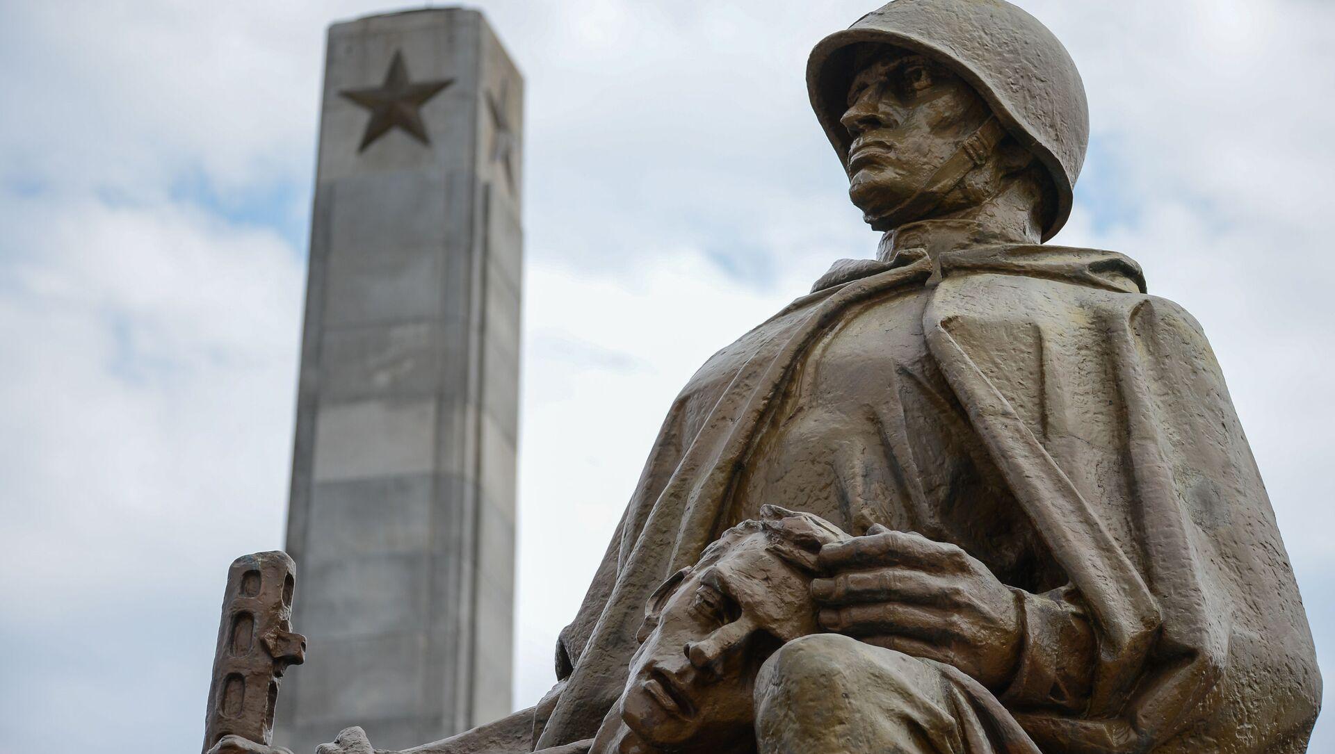 Kompozycja rzeźbiarska na Cmentarzu Mauzoleum Żołnierzy Radzieckich w Warszawie - Sputnik Polska, 1920, 21.05.2021
