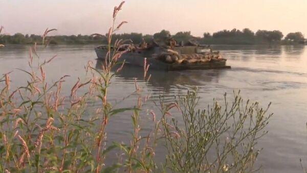 Żołnierze syryjskiej armii sforsowali rzekę Eufrat w pobliżu Dajr az-Zaur - Sputnik Polska