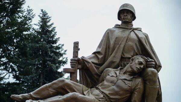 Kompozycja rzeźbiarska na Cmentarzu Mauzoleum Żołnierzy Radzieckich w Warszawie - Sputnik Polska