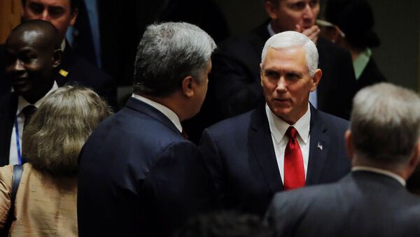 Wiceprezydent USA Michael Pence i prezydent Ukrainy Petro Poroszenko - Sputnik Polska