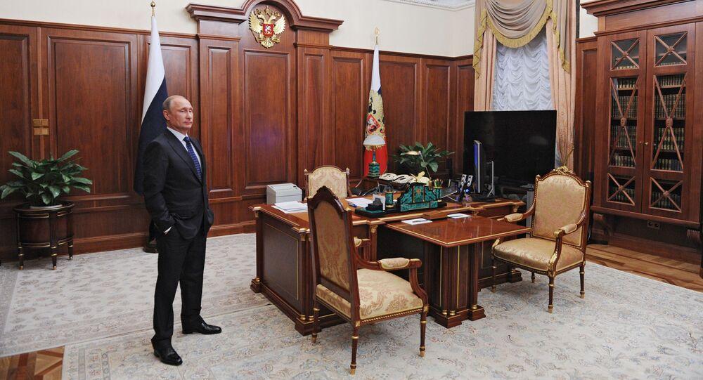 Prezydent Rosji Władimir Putin w gabinecie