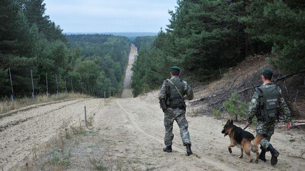 Żołnierze Straży Granicznej Ukrainy z psem - Sputnik Polska