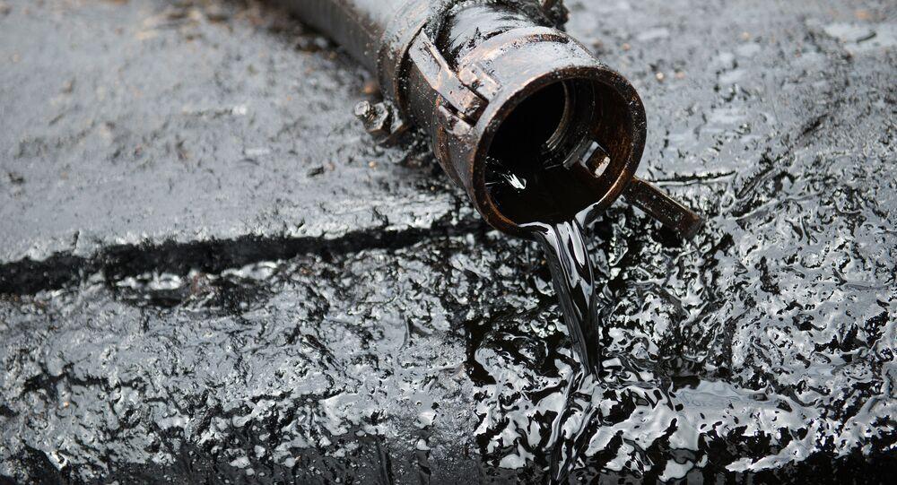 Wąż z ropą naftową
