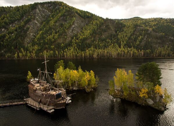 Kopia żaglowca Czarna Perła z Piratów z Karaibów w ośrodku rekreacyjnym Tortuga na rzece Jenisej w Chakasji - Sputnik Polska