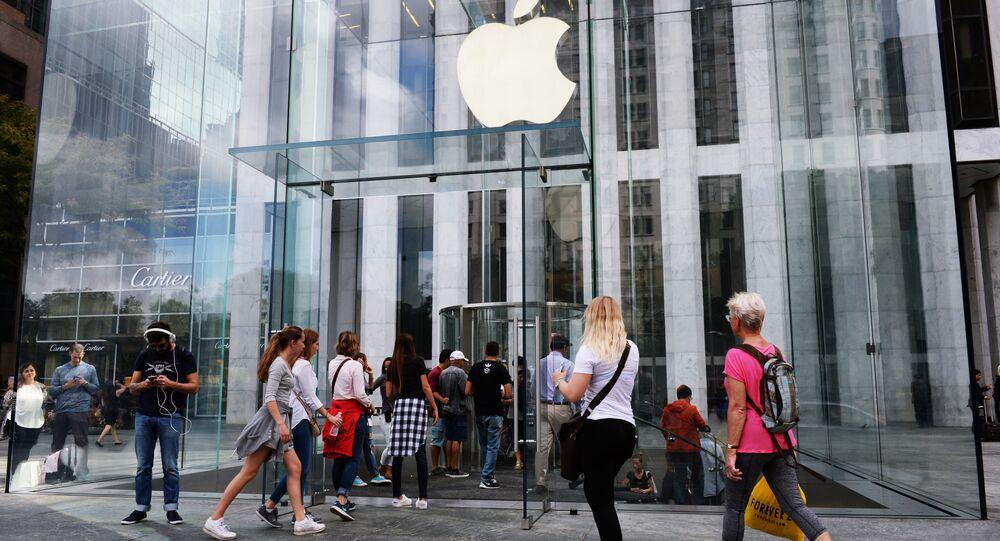 Kupujący przy wejściu do sklepu Apple na 5th Avenue w Nowym Jorku