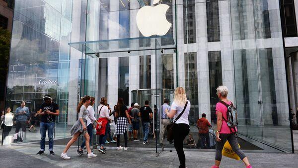 Kupujący przy wejściu do sklepu Apple na 5th Avenue w Nowym Jorku - Sputnik Polska