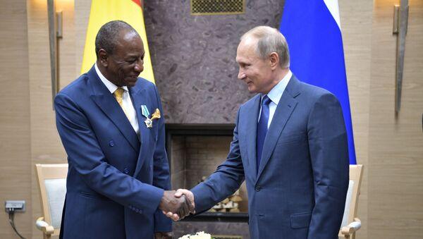 Prezydent Gwinei Alpha Condé i prezydent Rosji Władimir Putin - Sputnik Polska