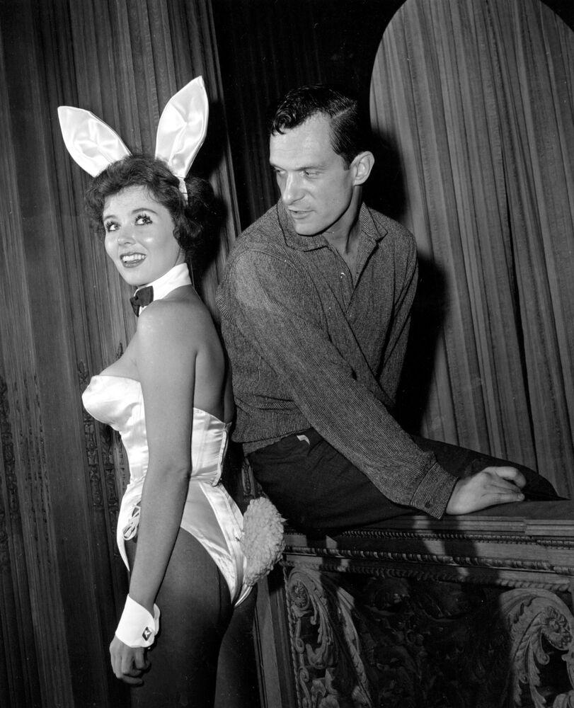 Założyciel magazynu Playboy Hugh Hefner z hostessą Bonnie J. Halpin w nocnym klubie w Chicago