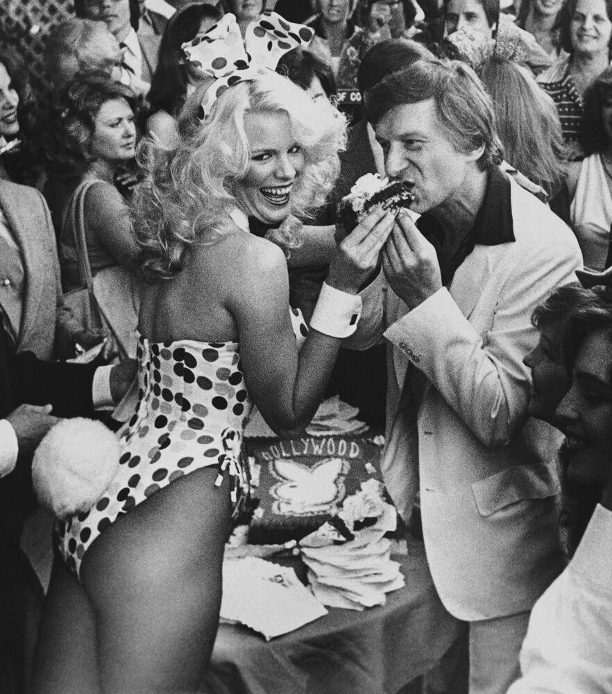 Założyciel magazynu Playboy Hugh Hefner przyjmuje gratulacje podczas odkrycia jego gwiazdy w alei gwiazd w Hollywood