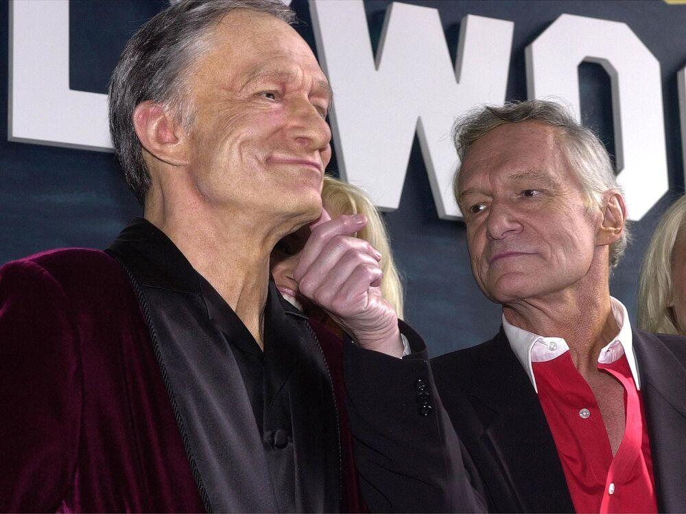 Założyciel magazynu Playboy Hugh Hefner ogląda figurę woskową ze swoja podobizną w Hollywood