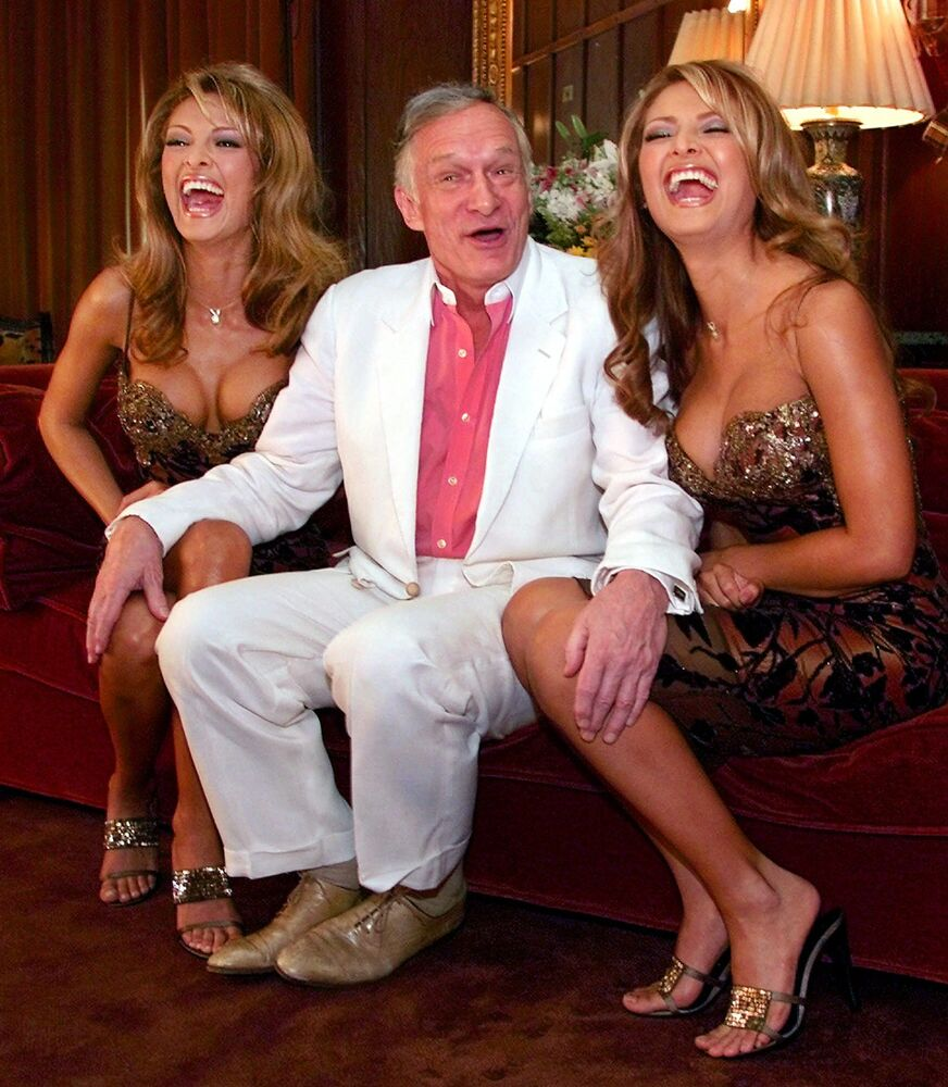 Założyciel magazynu Playboy Hugh Hefner z dziewczynami Playboya, wybranymi z 18.000 kandydatek