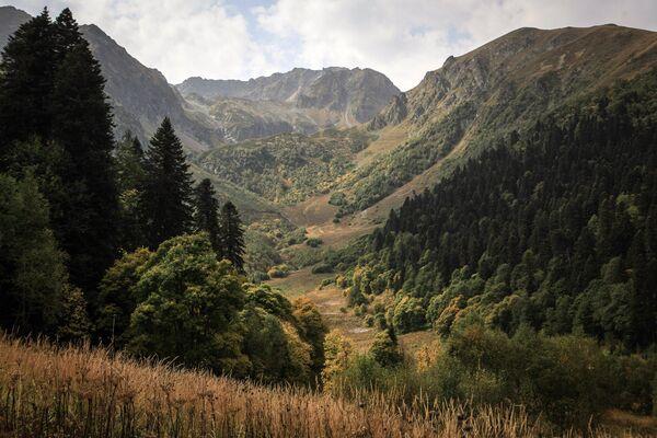 Góry na terenie wschodniej części Kaukaskiego Rezerwatu Biosfery (Republika Karaczajo-Czerkiesji). - Sputnik Polska