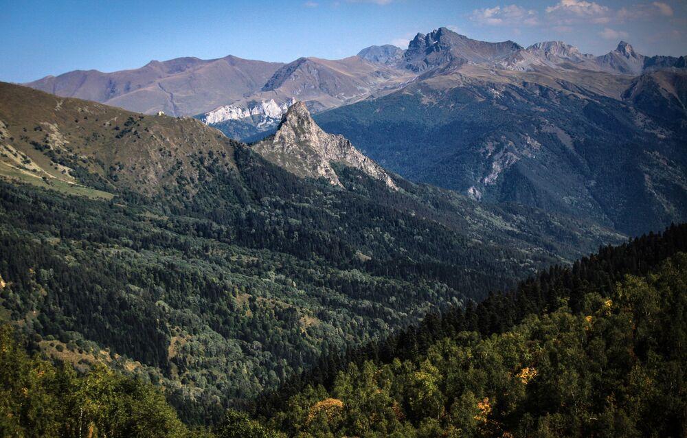 Kaukaskie góry na terenie wschodniej części Kaukaskiego Rezerwatu Biosfery (Republika Karaczajo-Czerkiesji).