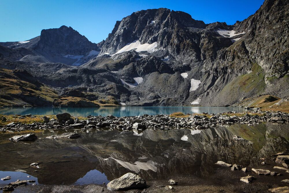 Jezioro Bolszoje Imierietinskoje (Wielkie Imeretyńskie) na terenie wschodniej części Kaukaskiego Rezerwatu Biosfery (Republika Karaczajo-Czerkiesji).