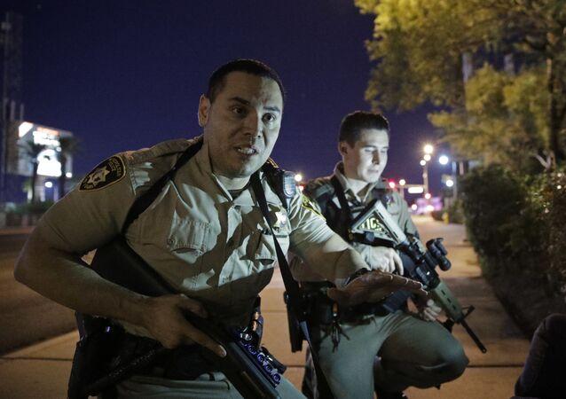 Policja na miejscu strzelaniny przy kasynie Mandalay Bay w Las Vegas