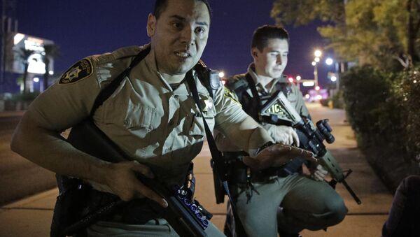 Policja na miejscu strzelaniny przy kasynie Mandalay Bay w Las Vegas - Sputnik Polska