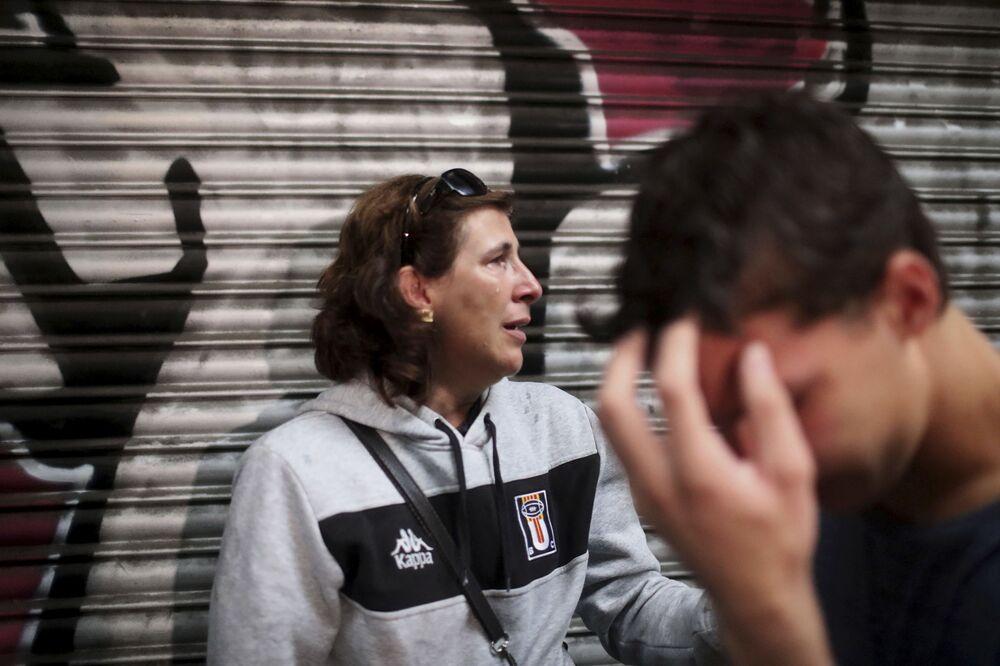 Kobieta z synem po szturmie policji hiszpańskiej szkoły, gdzie miało się odbyć głosowanie w sprawie niepodległości Katalonii