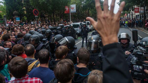 Uczestnicy starć podczas referendum w sprawie niepodległości Katalonii - Sputnik Polska