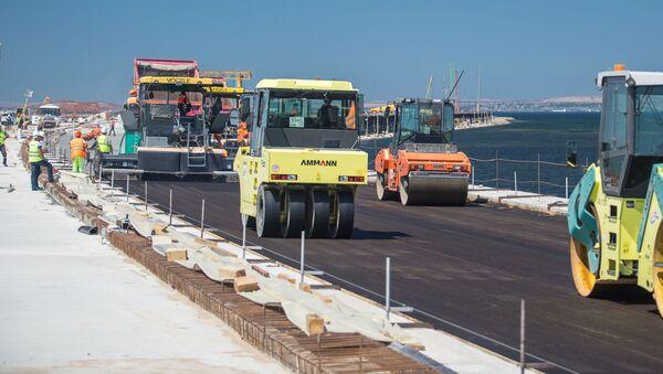 Układanie pokrycia drogi na odcinku mostu drogowego na wyspie Tuzla - Sputnik Polska
