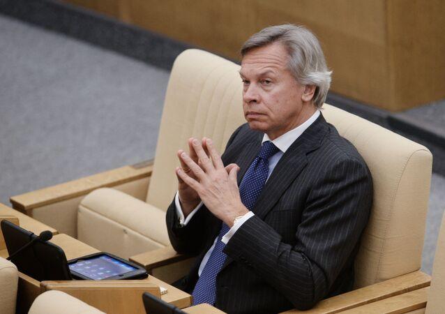 Przewodniczący Komisji ds. Polityki Informacyjnej Rady Federacji Aleksiej Puszkow na plenarnym posiedzeniu Dumy Państwowej Rosji
