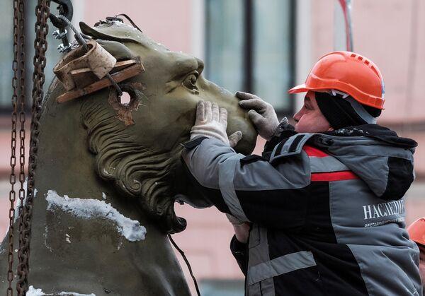 Demontaż rzeźby gryfów z Bankowskiego Mostu w Petersburgu (demontaż w celu wysłania ich do renowacji) - Sputnik Polska