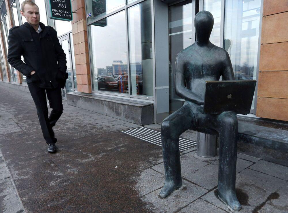 Pomnik managera na nabrzeżu Aptekarskaja w Petersburgu