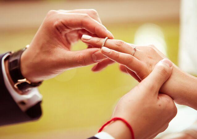 Nowożeńcy zakładają obrączki