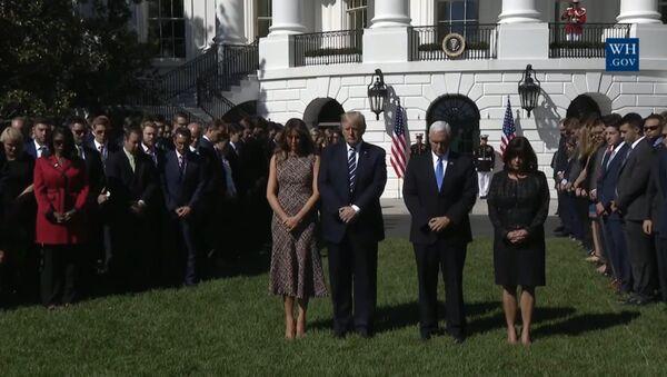 Donald Trump i jego żona Melania uczcili minutą ciszy pamięć ofiar strzelaniny w Las Vegas - Sputnik Polska