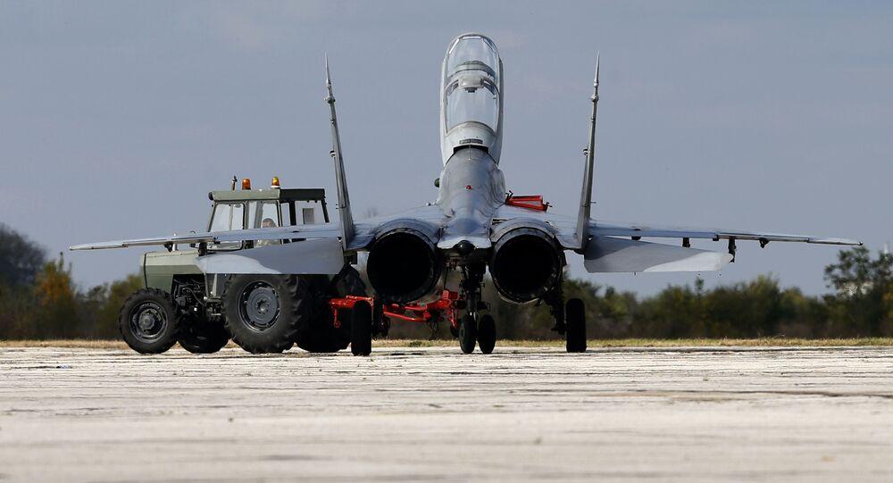 Myśliwiec MiG-29 na lotnisku Batajnica w Serbii
