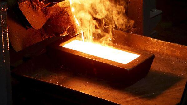 Odlewanie sztabek złota, wydobytego w kopalni Olimpiada na Wschodniej Syberii - Sputnik Polska