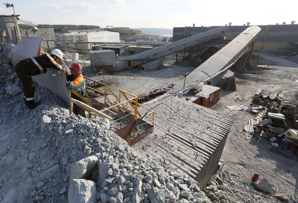Robotnicy przy rozdrabniaczu w kopalni złota Olimpiada na Wschodniej Syberii