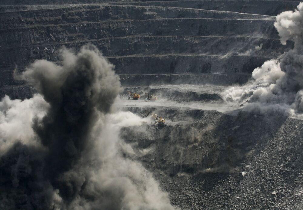 Ciężarówki w kopalni złota Olimpiada na Wschodniej Syberii