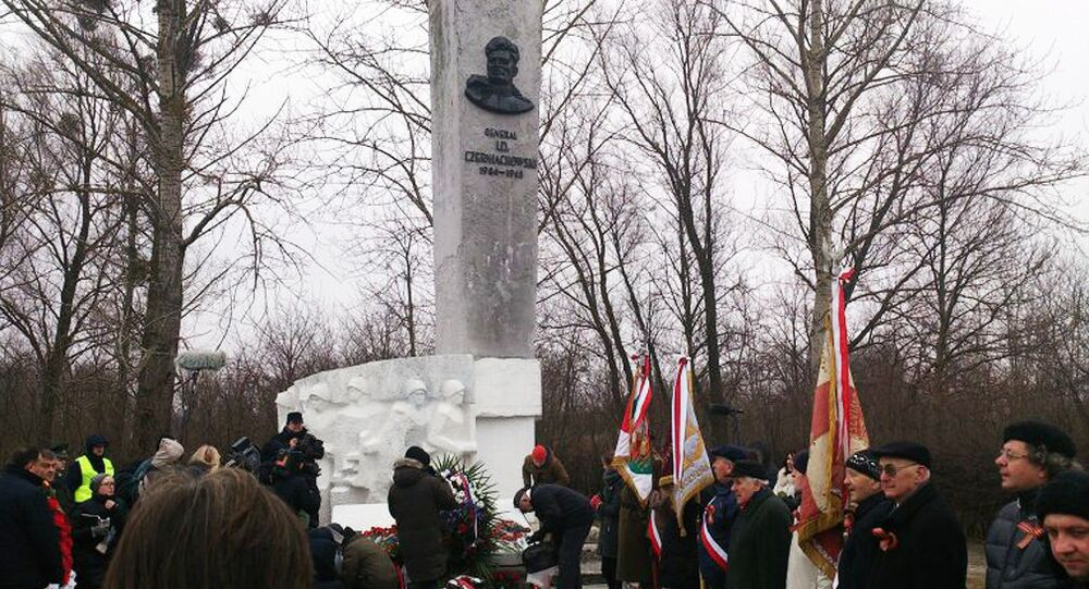 Pomnik radzieckiego generała Iwana Czerniachowskiego w polskim Pieniężnie