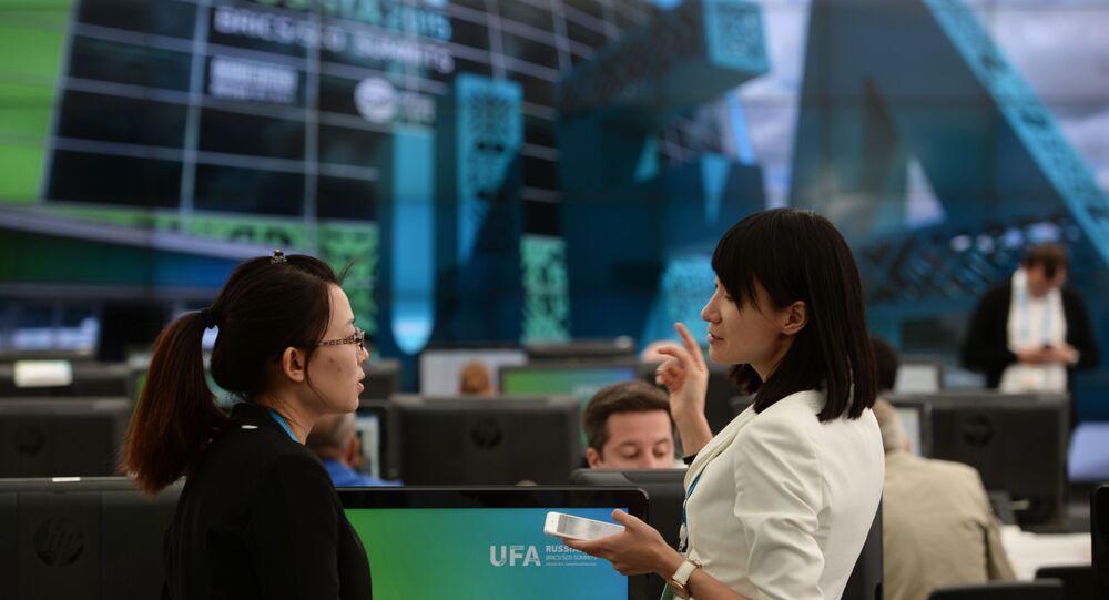 Dziennikarze w międzynarodowym centrum prasowym, naświetlającym wydarzenia szczytów SOW i BRICS w Ufie