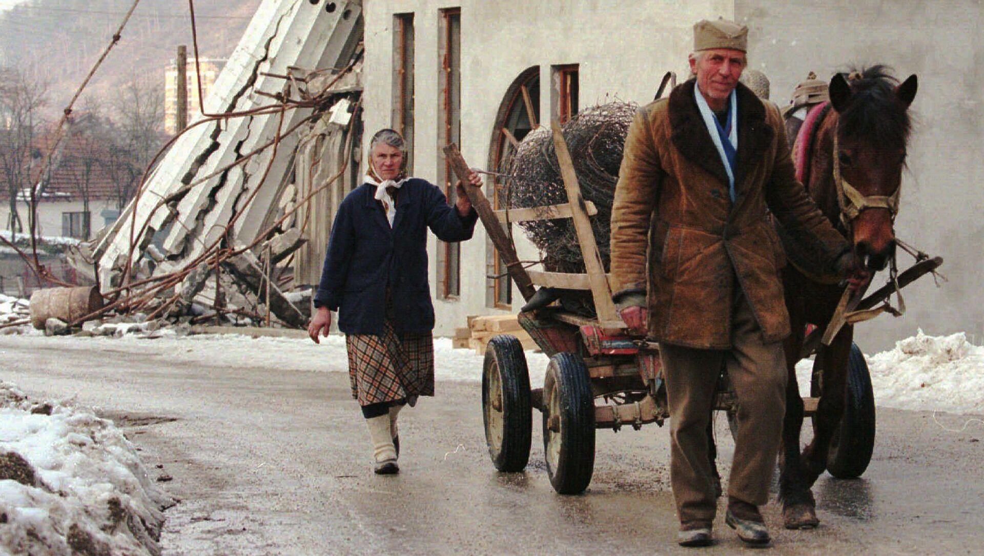 Bośniaccy Serbowie idą przez terytorium zniszczonej Srebrenicy  - Sputnik Polska, 1920, 09.04.2021