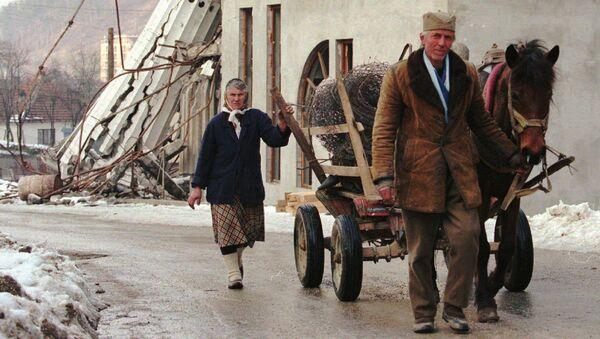 Bośniaccy Serbowie idą przez terytorium zniszczonej Srebrenicy  - Sputnik Polska
