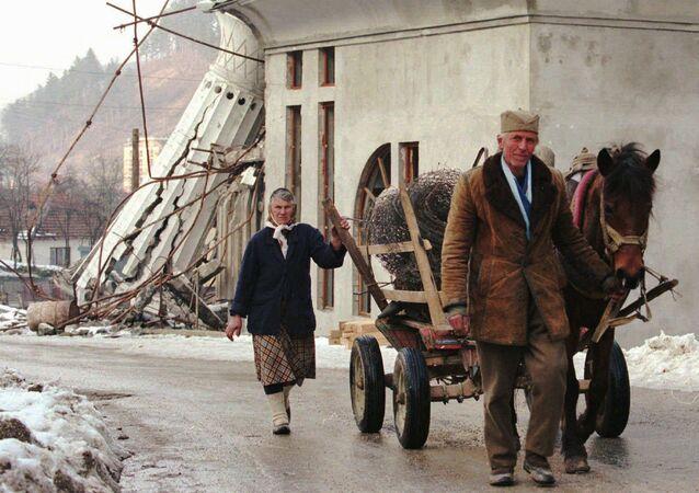 Bośniaccy Serbowie idą przez terytorium zniszczonej Srebrenicy
