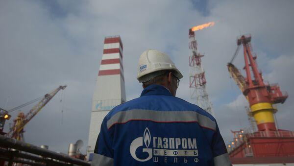 Pracownik platformy ropy naftowej Prirazłomnaja przeznaczona do wierceń w Morzu Peczorskim - Sputnik Polska