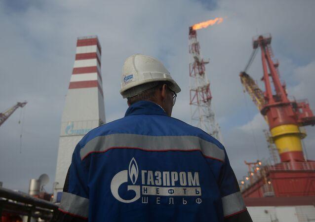 Pracownik platformy ropy naftowej Prirazłomnaja przeznaczona do wierceń w Morzu Peczorskim