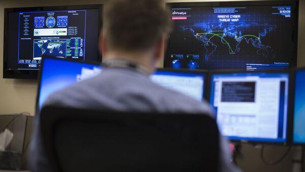 Specjalista ds. bezpieczeństwa przed mapą z zagrożeniami cybernetycznymi w amerykańskim stanie Ohio - Sputnik Polska