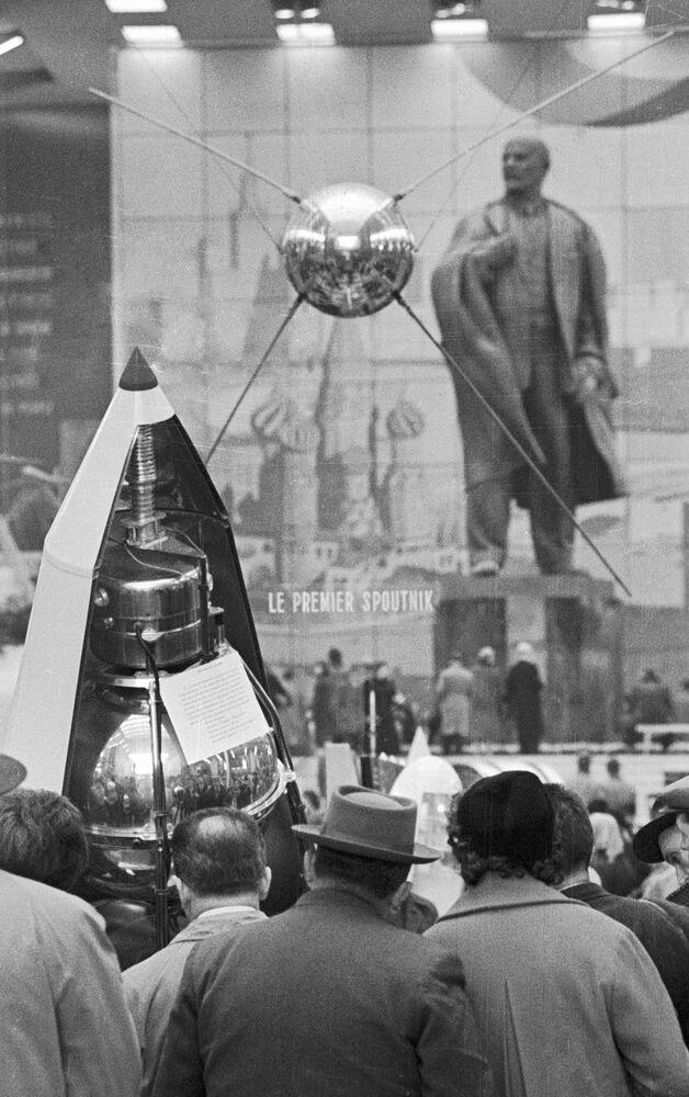 Makieta pierwszego sztucznego sputnika Ziemi na wystawie w Brukseli