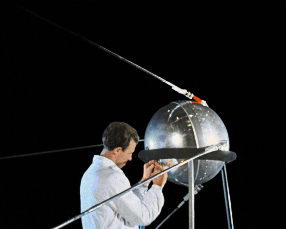 Przygotowanie pierwszego sztucznego sputnika Ziemi  do wylotu