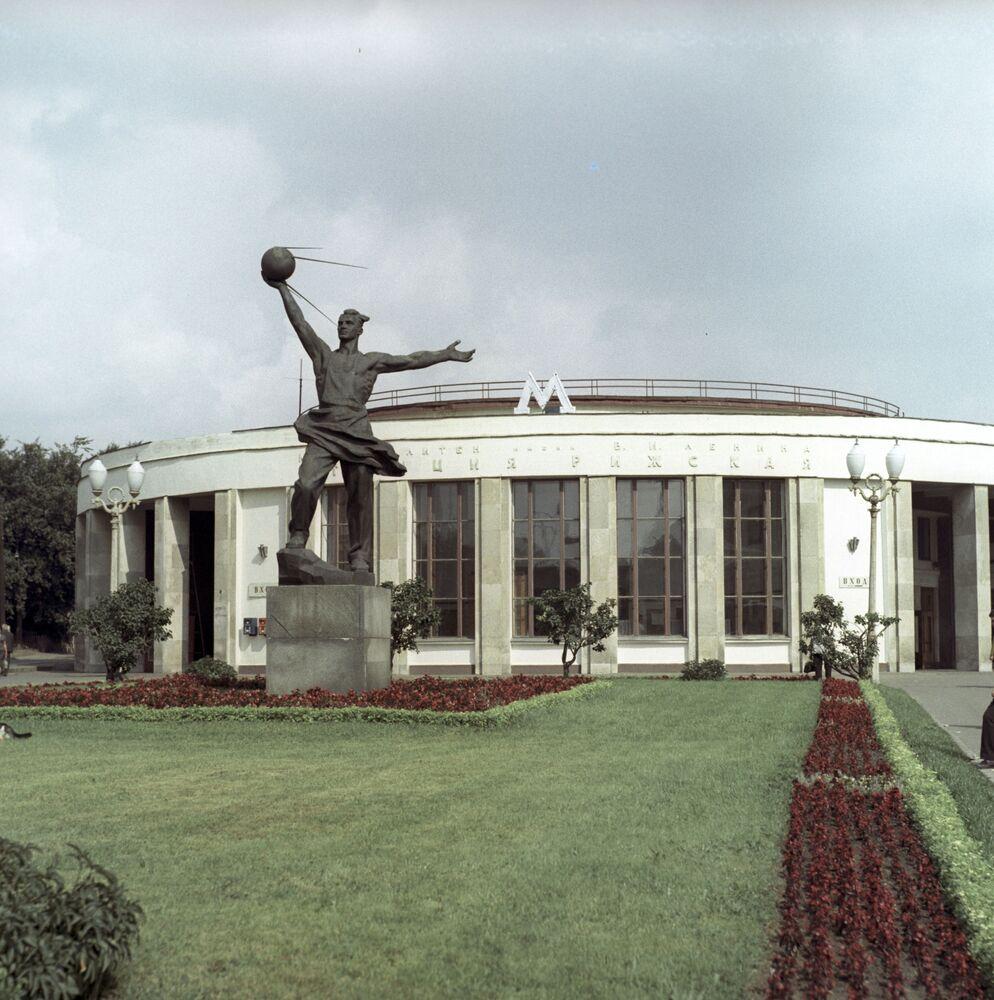 Rzeźba przed budynkiem stacji metro Twórcom pierwszego satelity Ziemi 1957 rok