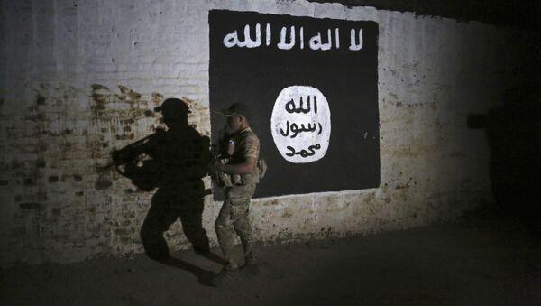 Żołnierz irackiej armii obok flagi zakazanej w Rosji organizacji Daesh - Sputnik Polska