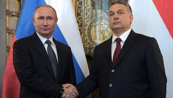 Hungarian Prime Minister Viktor Orban (R) and Russian President Vladimir Putin attend a news conference following their talks in Budapest, Hungary - Sputnik Polska
