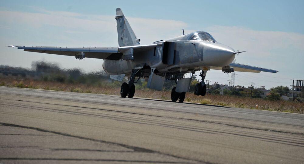 Samolot myśliwsko-bombowy Su-24 Sił Powietrzno-Kosmicznych Rosji w bazie lotniczej Hmeimim w Syrii