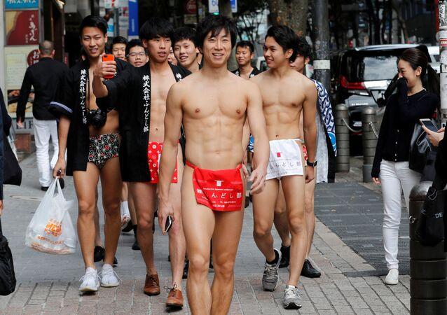 Japończycy ubrani w tradycyjną bieliznę fundoshi podczas akcji sprzątania śmieci na ulicach Tokio