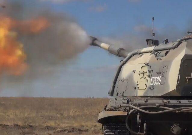 Artyleryjskie ćwiczenia taktyczne na poligonie wojskowym pod Wołgogradem